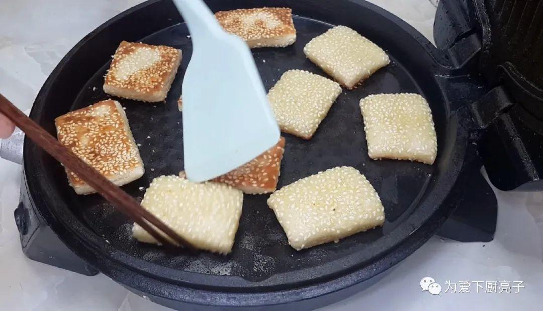 烧饼不要烙着吃了,刷上1层油酥 美食做法 第19张