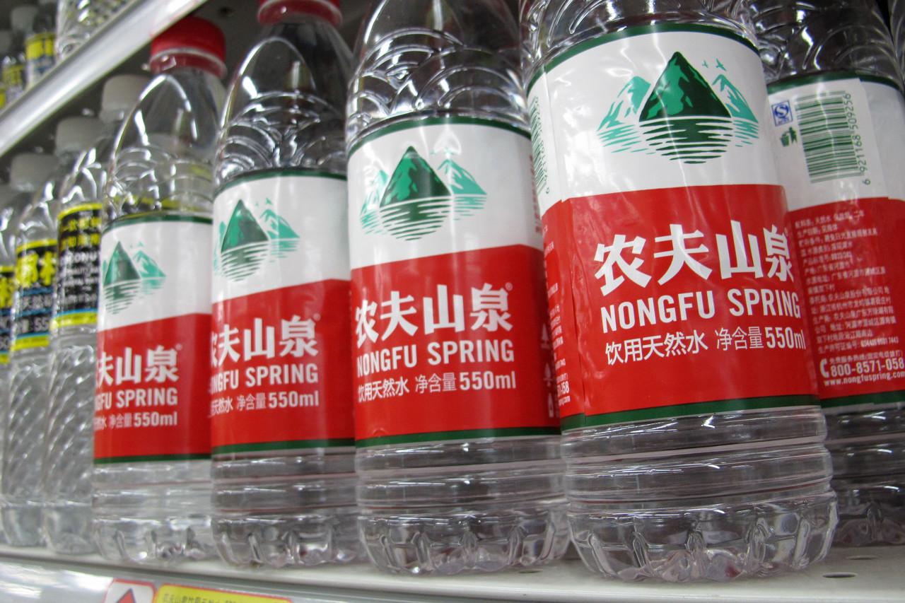 农夫山泉上市后的首份成绩单:营收下降4.8%,水、茶饮、果汁销售全面下降
