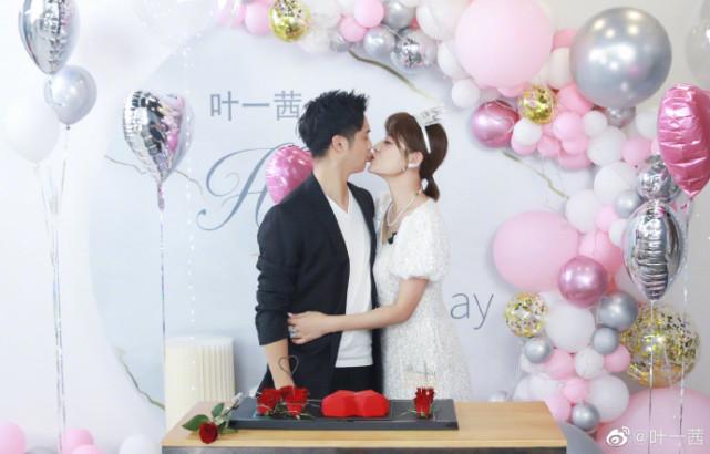 叶一茜晒全家福庆37岁生日,与田亮甜蜜亲吻,森碟身高快超过妈妈