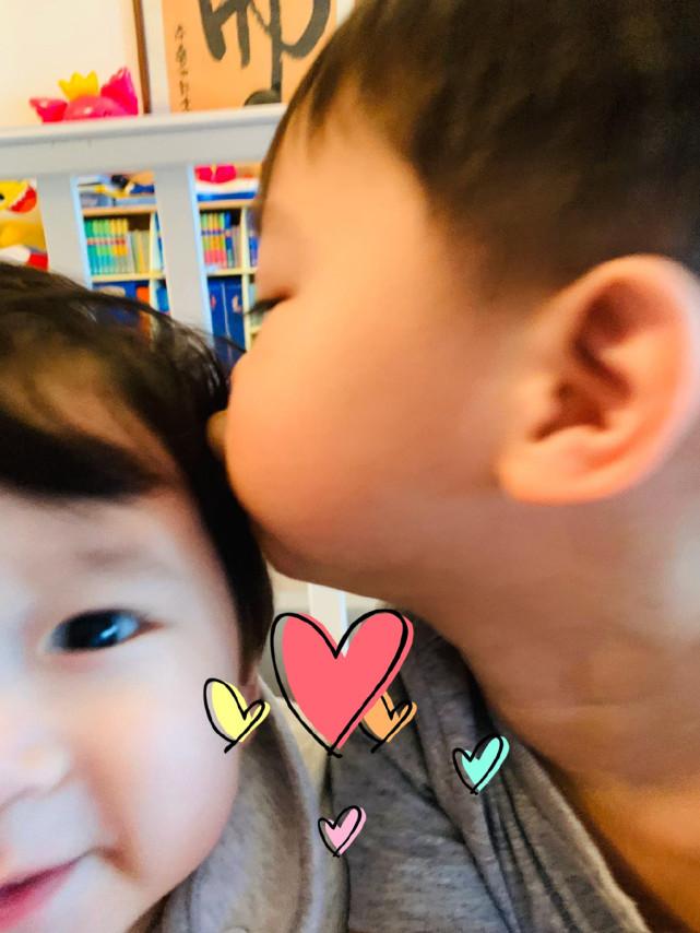 李乘德與兒子玩自拍,奕霆奕霖同框比萌,胡杏兒視角父子仨超有愛