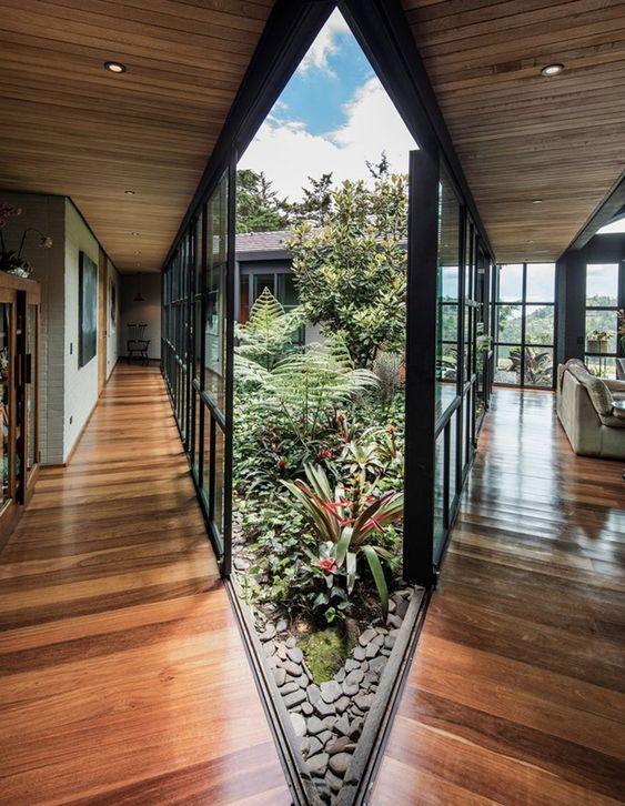 房子盖成三角形,中间留空做花园,室内360°无死角赏景,羡慕了