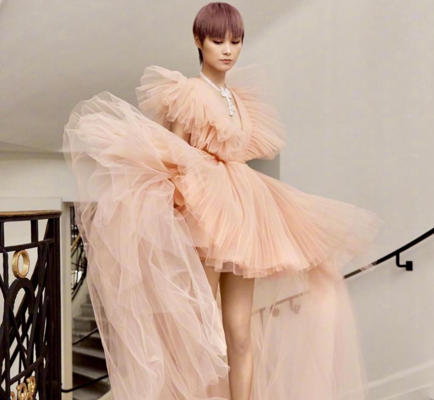 李宇春失策了,多年把大腿藏起来,终于知道为什么她不爱穿裙子了
