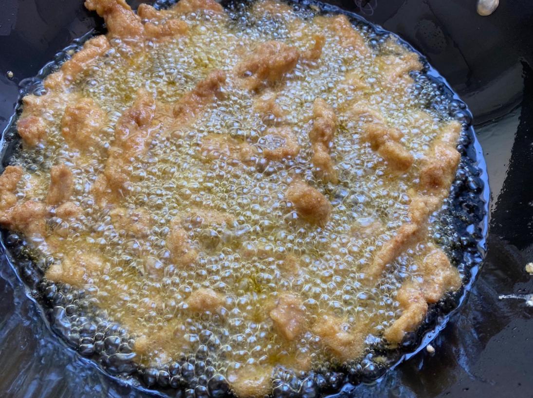 炸酥肉時,只用澱粉是不夠的,多加一樣,酥肉炸出來放涼也不回軟