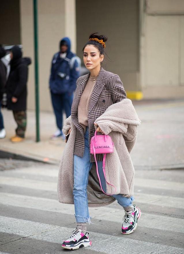 """今年有种穿搭很火,叫做""""西装+运动鞋"""",冬天这样穿温柔又好看"""