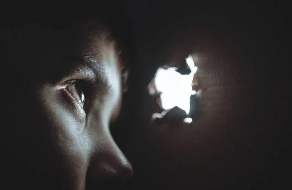纽约市小伙在公厕性侵害 12 岁男孩儿!被抓后竟称自身是被男孩儿性挑逗引诱