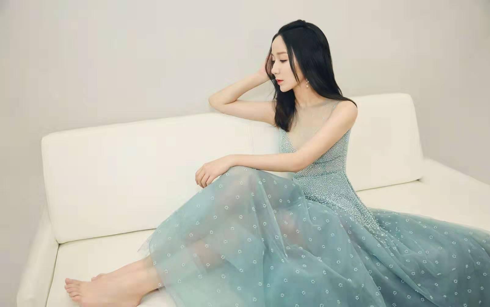 31岁娄艺潇气质不能再温柔,薄荷绿无袖连衣裙,胳膊纤细好吸睛