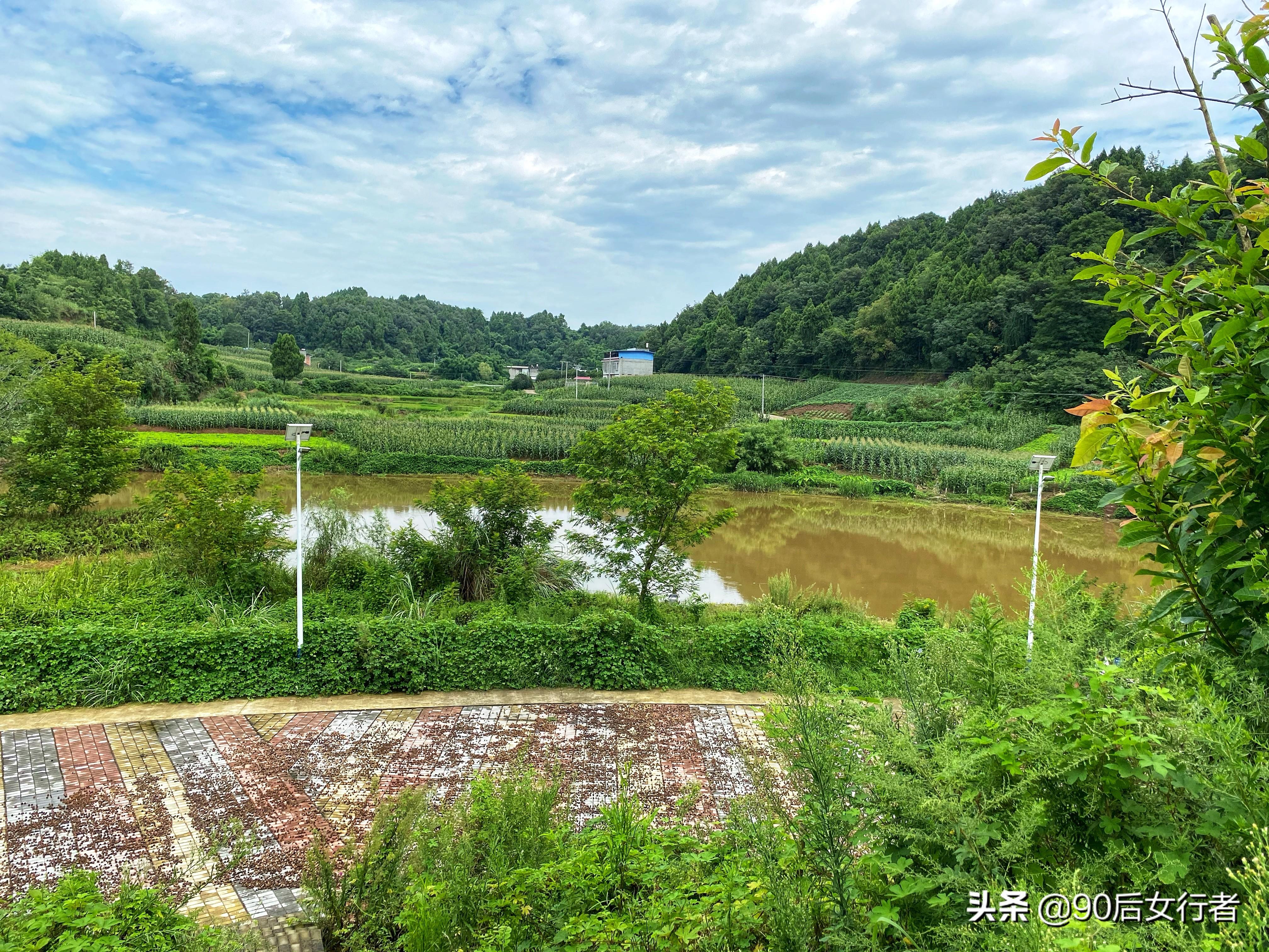 成都簡陽鄉村有座明代古塔,傳說為鎮妖塔,孤單立于荒野無人守護
