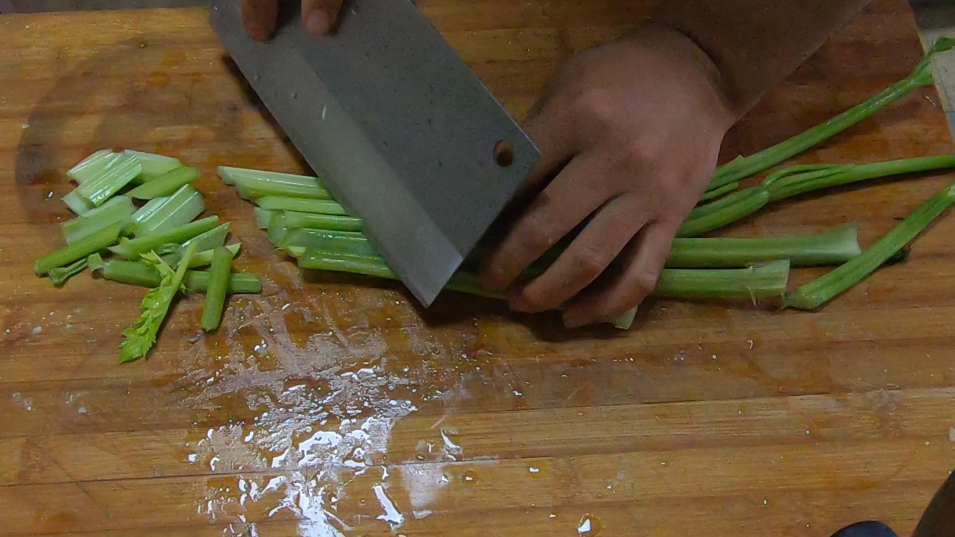 把芹菜炒杏鲍菇当做招牌菜? 美食做法 第9张