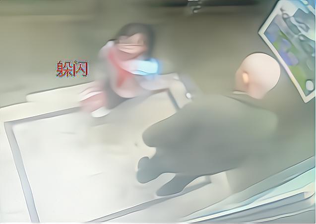 """女孩電梯遇""""壞爺爺"""",機智""""3步""""成功自救,網友:教科書級別"""