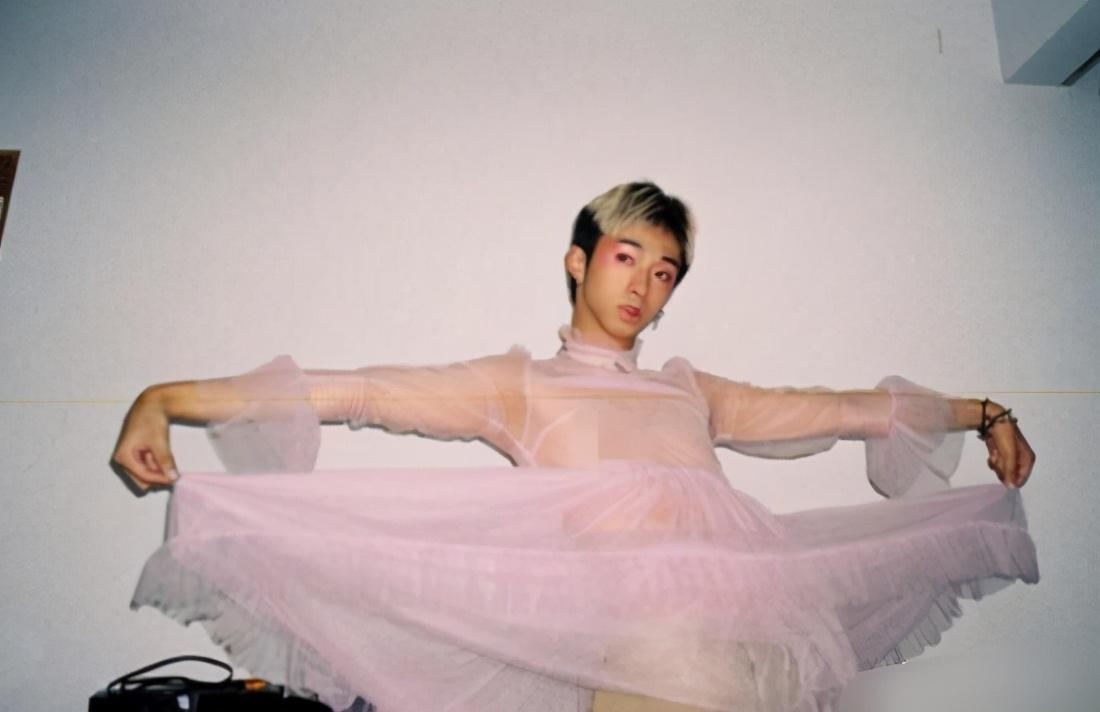 伊能静儿子再晒女装照,粉色桃花妆惹眼