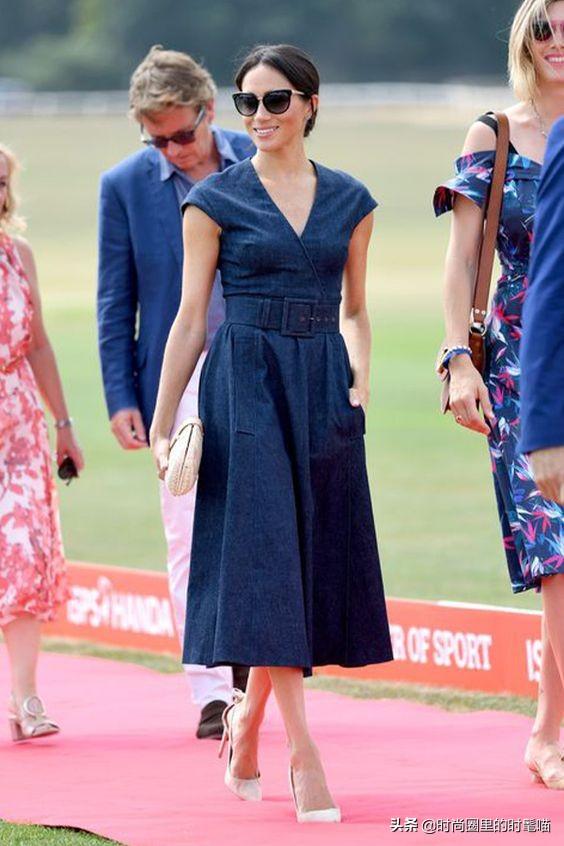 梅根王妃亮相美网决赛,一袭牛仔裙披灰外套显高级,筷子腿真细