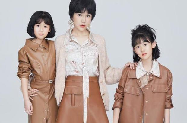 鲍蕾带两女儿穿亲子装拍照,12岁贝儿眉眼长开和陆毅如复制粘贴