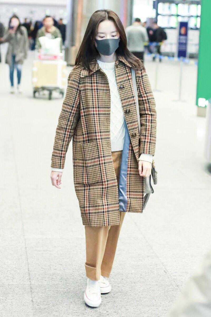 又被董洁机场穿搭吸引了,格纹大衣配9分裤,高级不说还洋气
