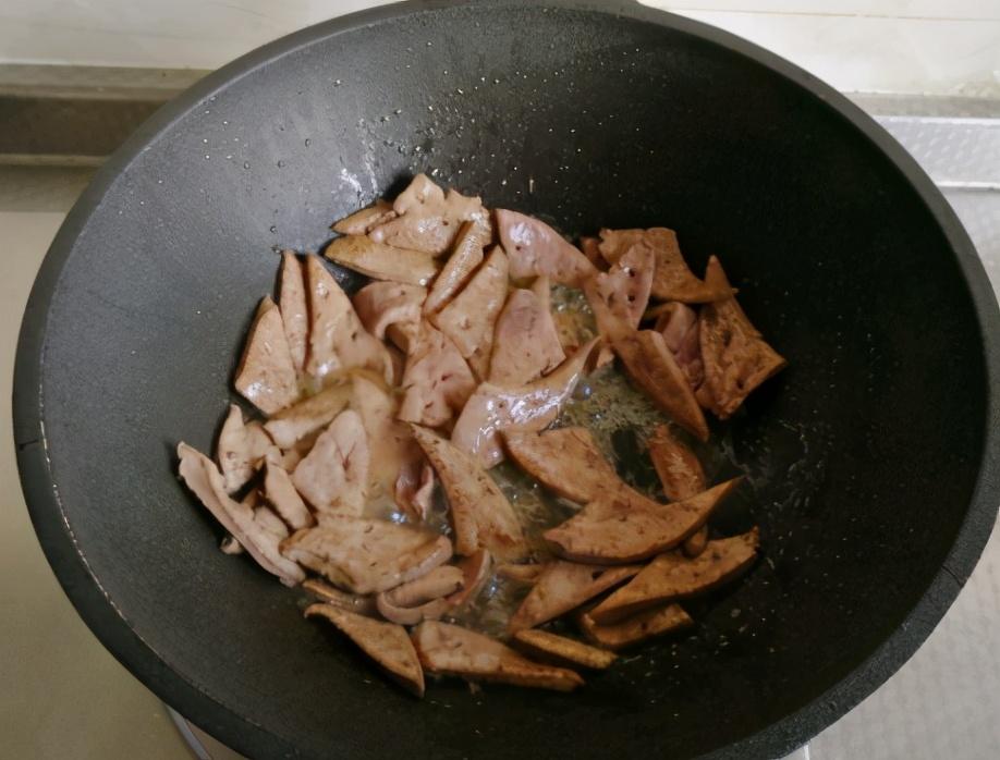 """春天的""""菜王"""",又鲜又嫩还润肠,搭配猪肝炒一盘,清爽不腻 美食做法 第4张"""