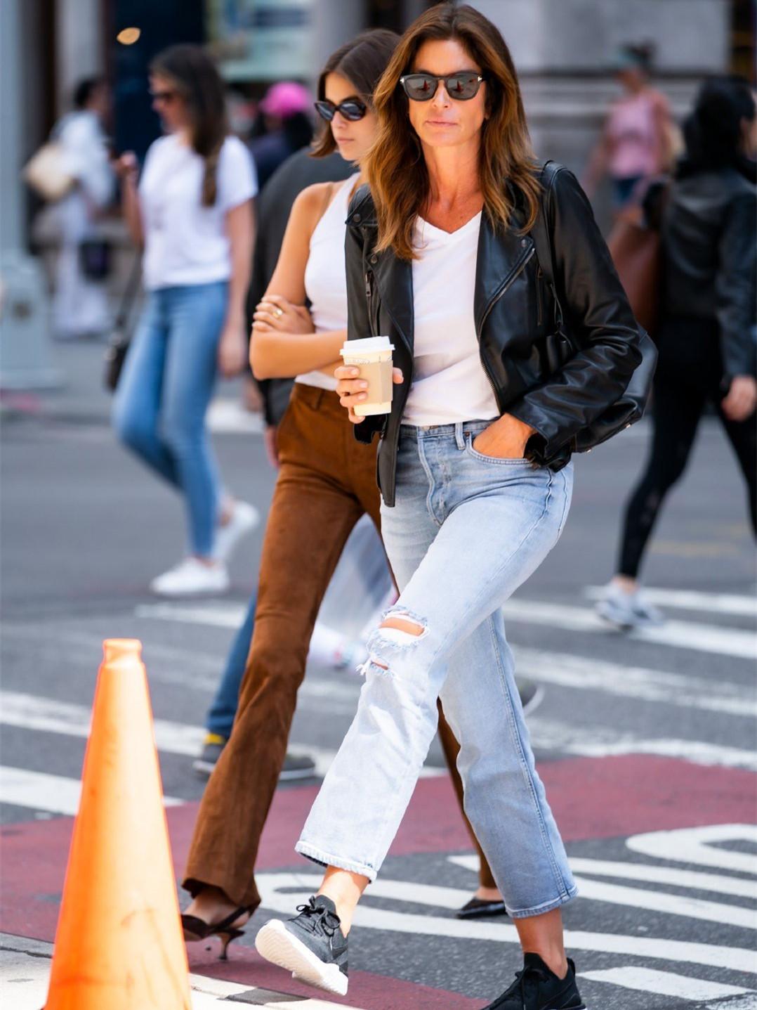 辛迪克劳馥出街,18岁女儿穿喇叭裤秀美腿,却被53岁妈妈抢镜