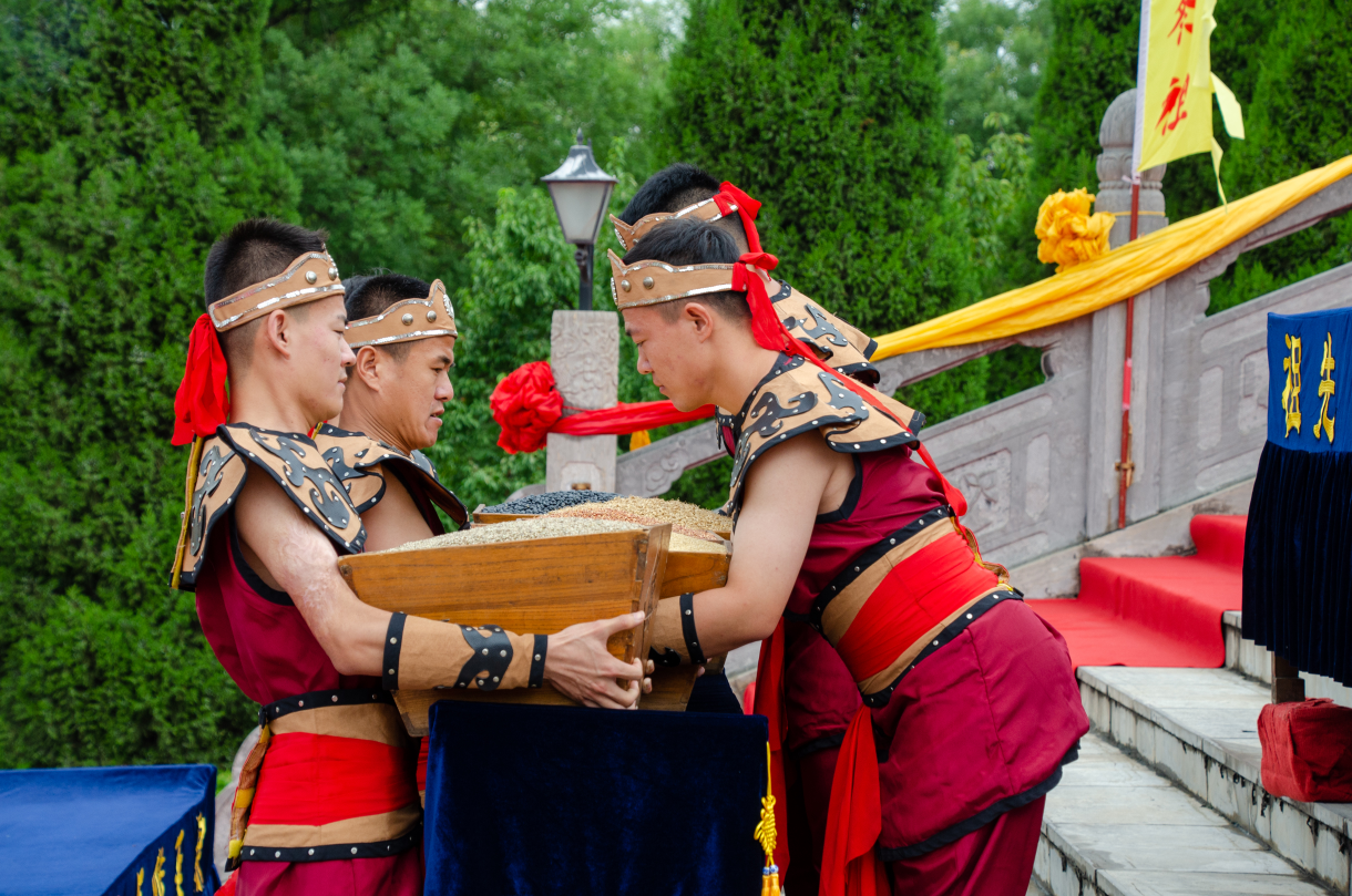 大槐樹尋根祭祖園中元節進行祭祖習俗展示與傳承
