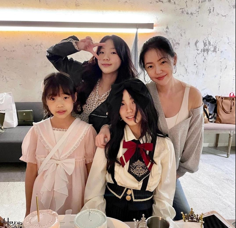 小s13歲女兒曬慶生照,Lily清純甜美,母女四人同框似姐妹