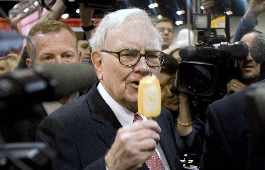 90岁的股神巴菲特:喝可乐,吃麦当劳,却十分长寿,你知道为啥吗