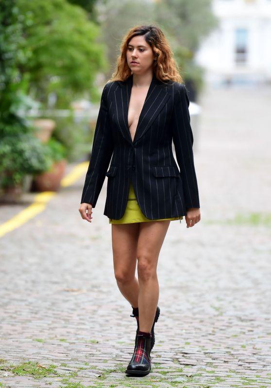 伊莉莎·杜利特尔黑色条纹西装搭黄裙休闲十足,金色卷发时髦靓丽