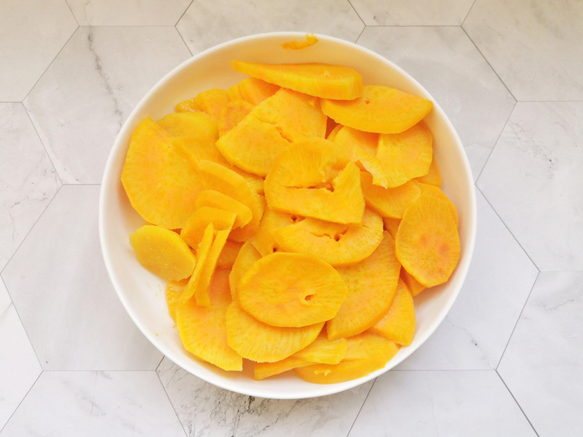 天冷,少吃水果多吃紅薯,2塊錢一斤,蒸熟烤一烤,甜品店賣20