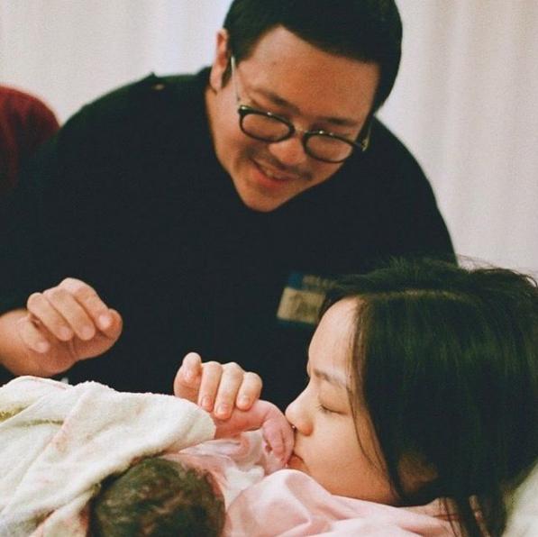 徐佳瑩為兒子慶滿月,小寶貝全臉首曝光,趴爸爸懷裡賣萌超可愛