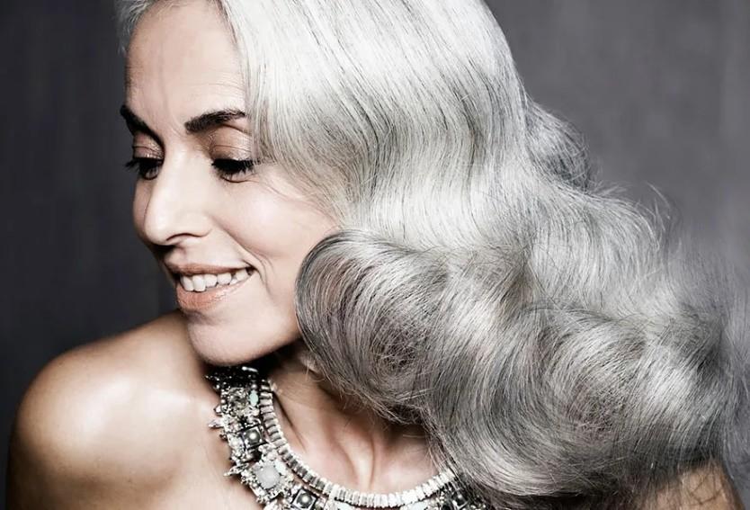 66岁法国奶奶:满头银发气场强,身材苗条像20岁,怎么保养的