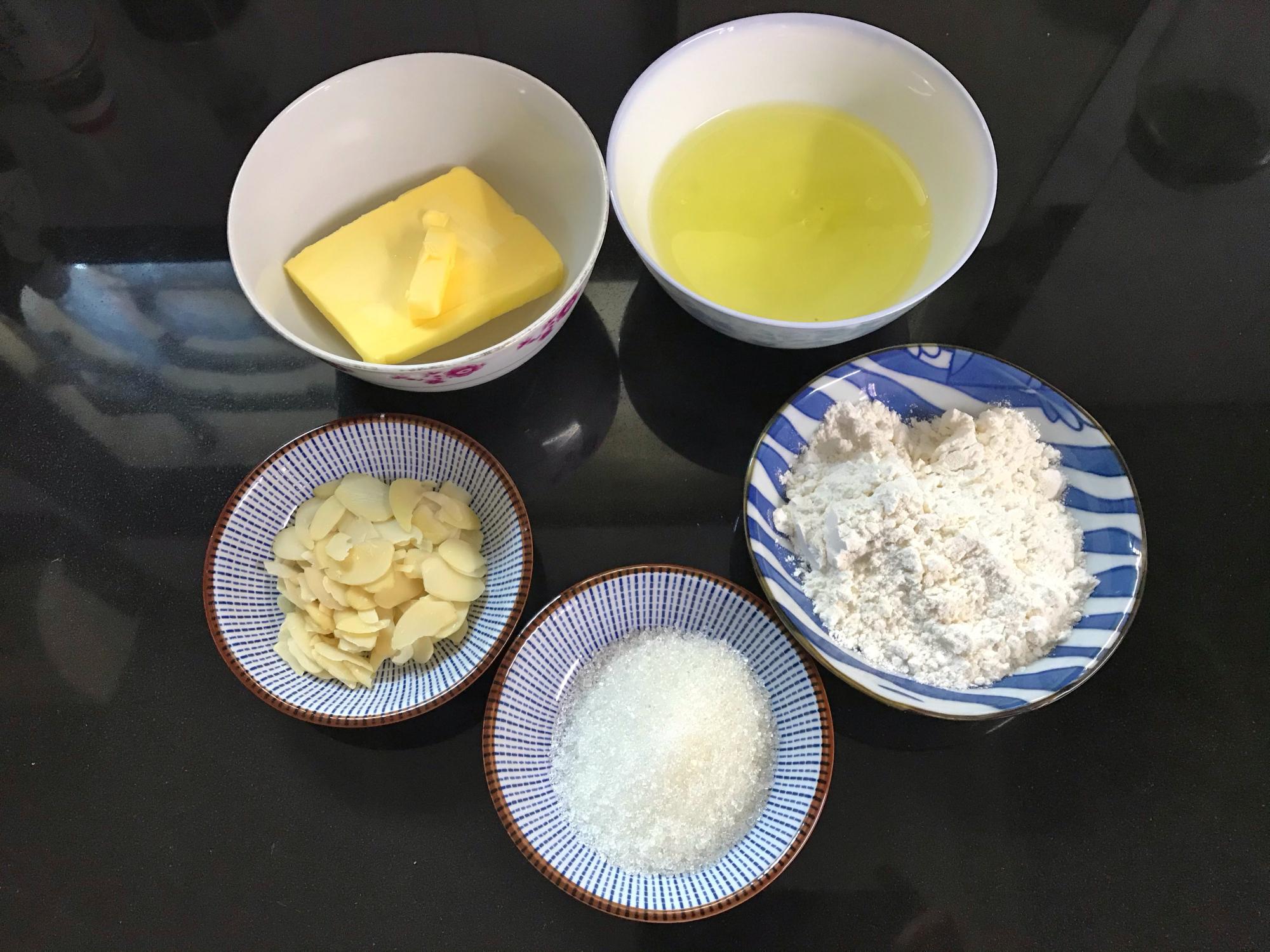 2個蛋清加1勺麵粉,不用打發拌勻就能烤,一口一個嘎嘣脆,真香