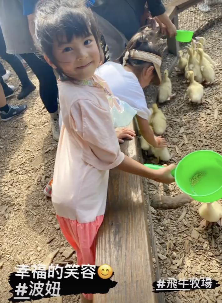 賈靜雯帶三個女兒牧場遊玩,梧桐妹雙手拎起咘咘波妞,姐姐力max