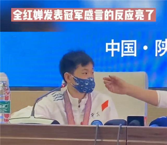 全红婵太逗!被允许接受采访结果却懵了,教练挥手提醒把她吓一跳