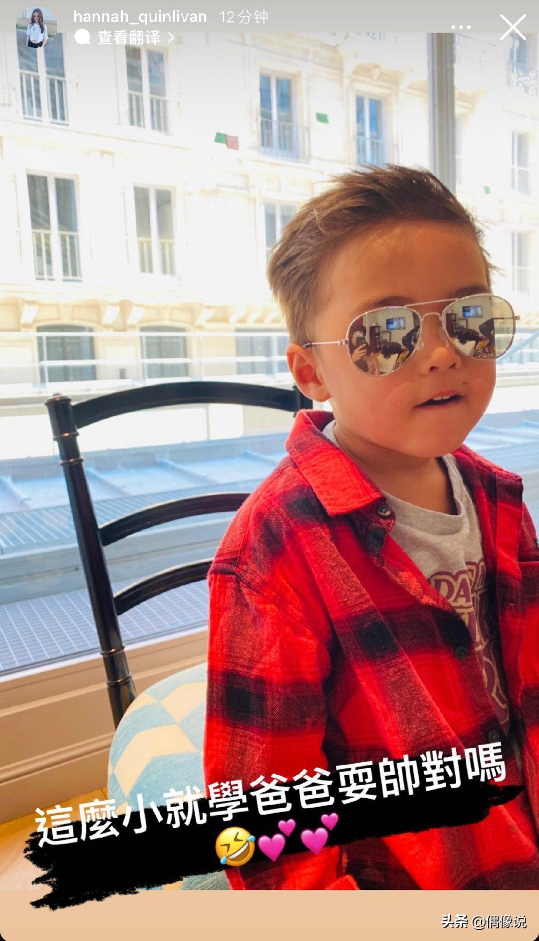 周杰伦拍4岁儿子正面照,ROMEO模仿爸爸手势拍照,嘴角伤口好显眼