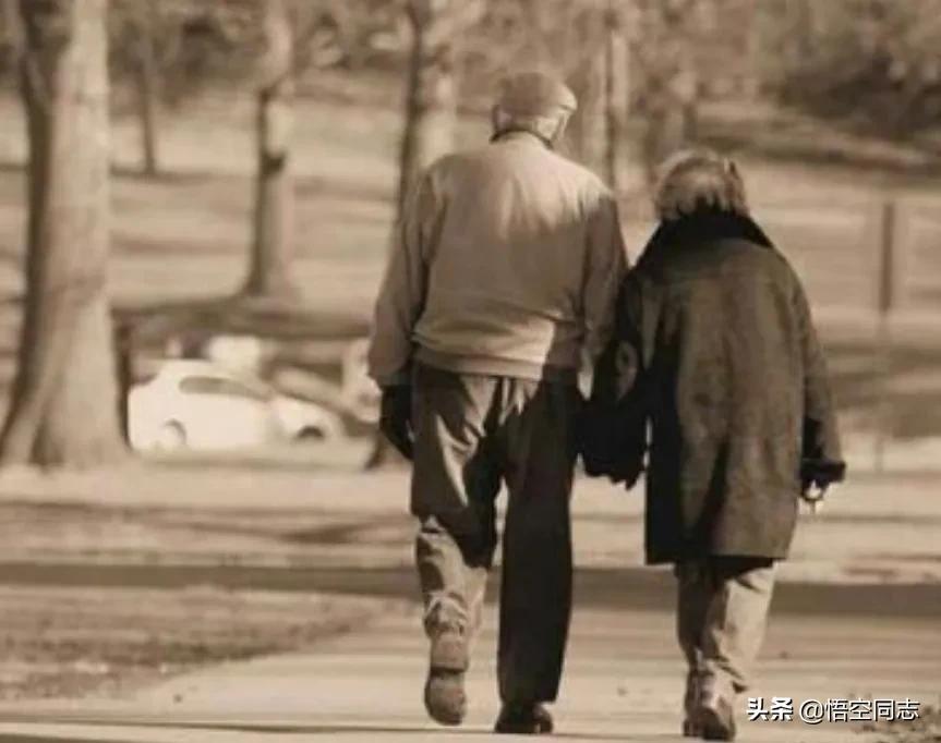 泪奔!安徽一男子清明回家给母亲扫墓看到父亲孤零一个人大哭