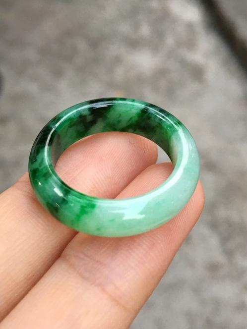 不是所有的绿色翡翠都值钱,翡翠的绿色也是有等级的