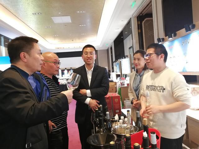 中国食品报主编观糖酒 四川果酒军团惊艳亮彩糖酒会