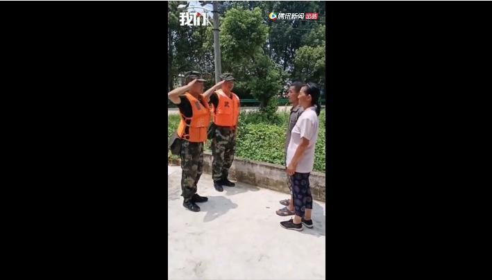 19岁抗洪武警战士转移群众时偶遇父母,站得笔直却忍不住落泪