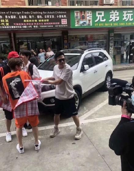 邓超新综艺路透,41岁面容憔悴不太精神,脚上增高鞋起码5CM