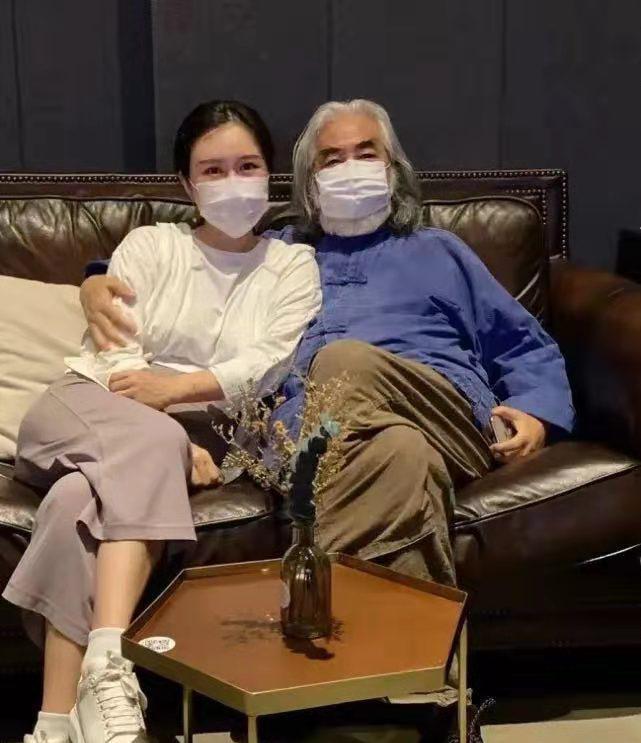 满头白发也来秀恩爱,69岁张纪中真幸福,小娇妻爱穿汉服仙气足
