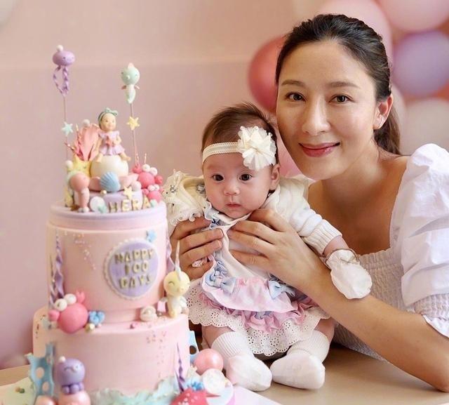 楊怡夫妻為愛女慶生,女兒眼睛大超可愛,楊怡高齡生產後顯老