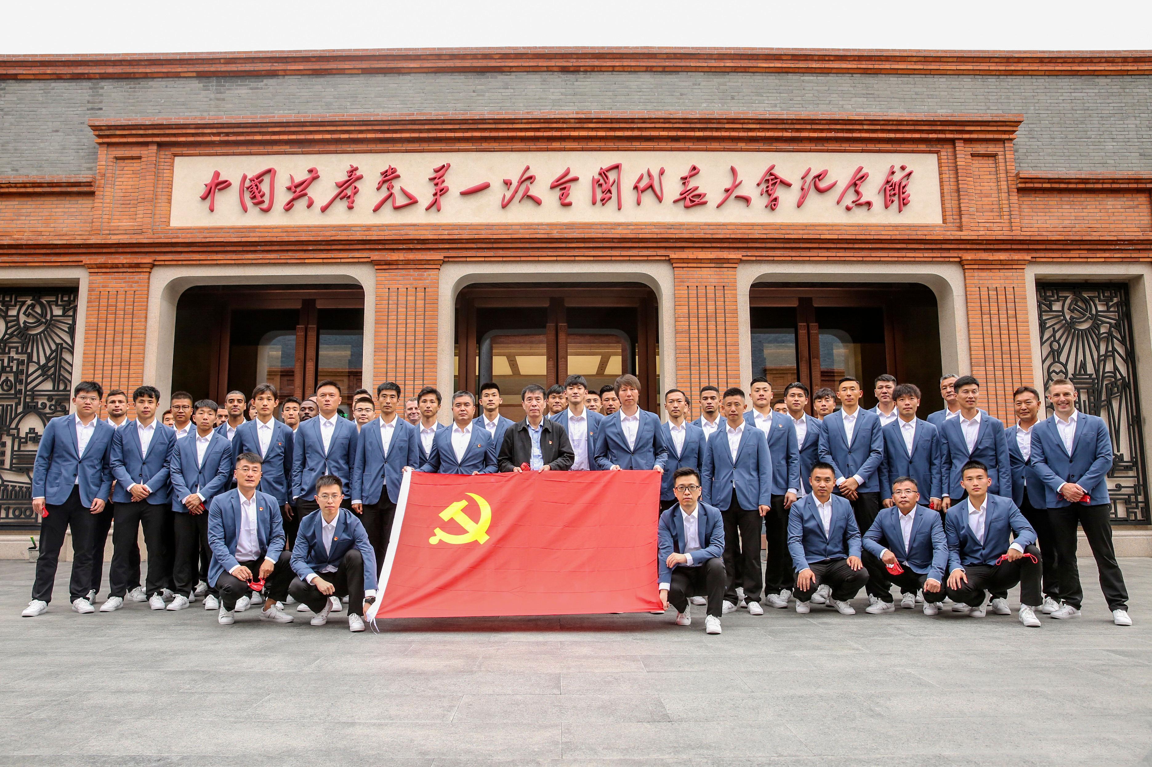 武磊抵达上海,国足阵容齐整,李铁锋线用人面临6选3