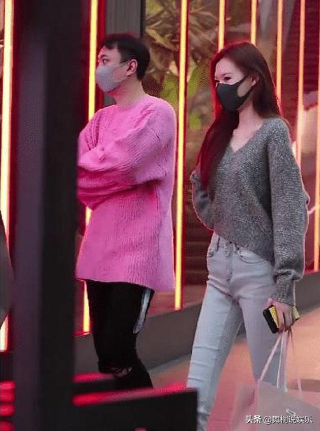 王思聪穿限量女款毛衣现身,售价1万元,网友:都是毛毛雨
