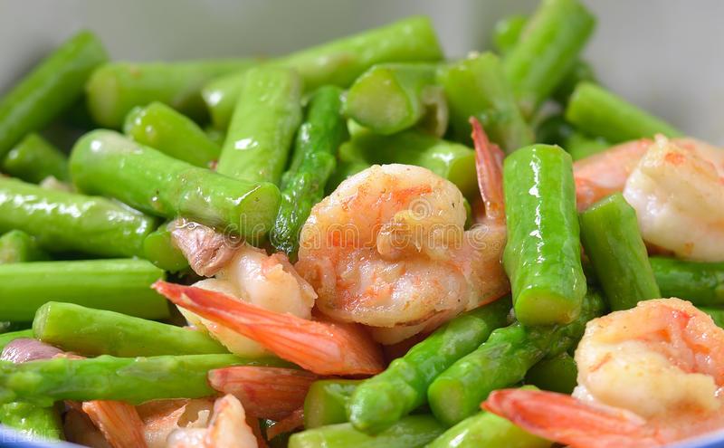 芦笋直接下锅炒是错的,炒前记得多加1步,鲜嫩爽脆不涩口 美食做法 第6张