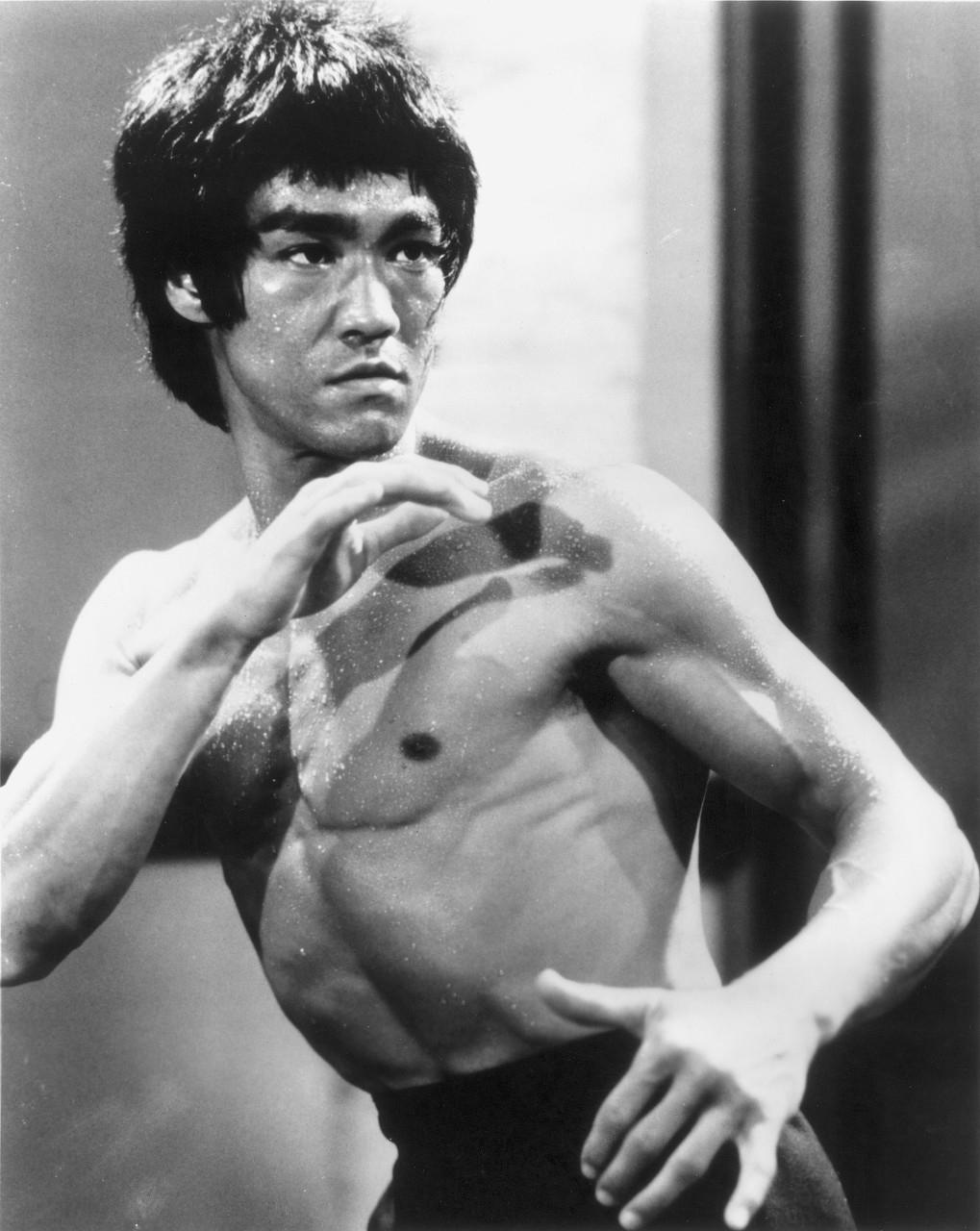 李小龙一生仅有一场官方比赛,18岁虐打拳击冠军,三次击倒对手