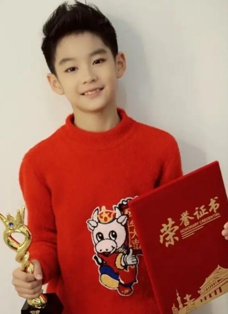 """曹颖的儿子太帅了,被称为""""最帅富二代"""",网友鼓励出道"""