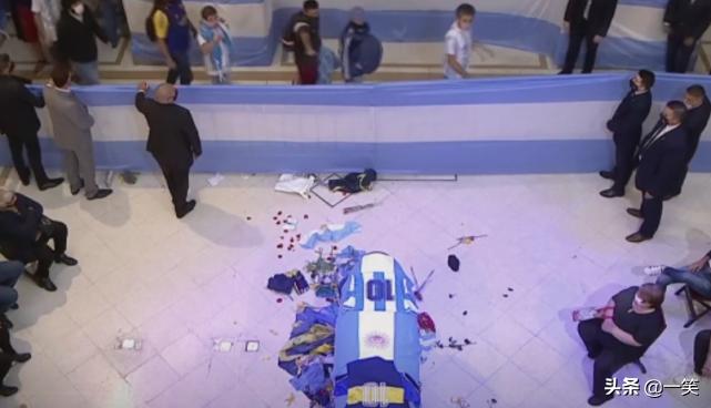马拉多纳遗体告别仪式举行,棺椁覆盖10号球衣,球迷崩溃大哭
