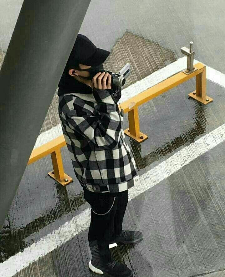 易烊千玺现身成都机场,拿出相机站在雨中拍摄,粉丝:在干嘛?