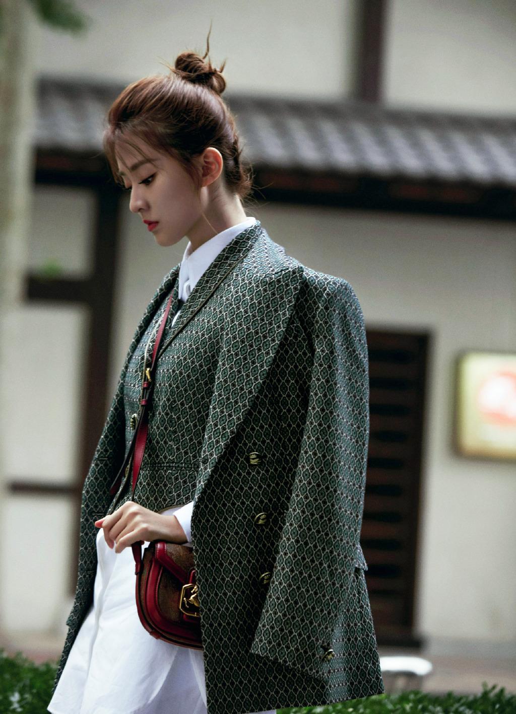 """喬欣開始當""""老板""""了?身穿格菱紋西裝套裝現身街頭,氣場十足"""