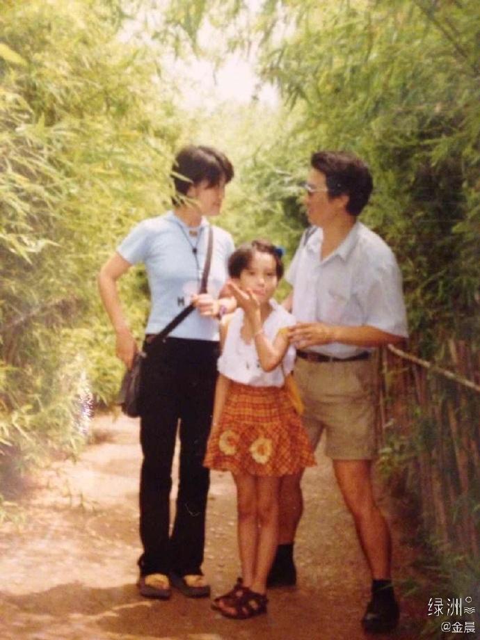 金晨晒儿时与爸爸合照回忆童年;梁咏琪女儿门牙掉光呆萌可爱