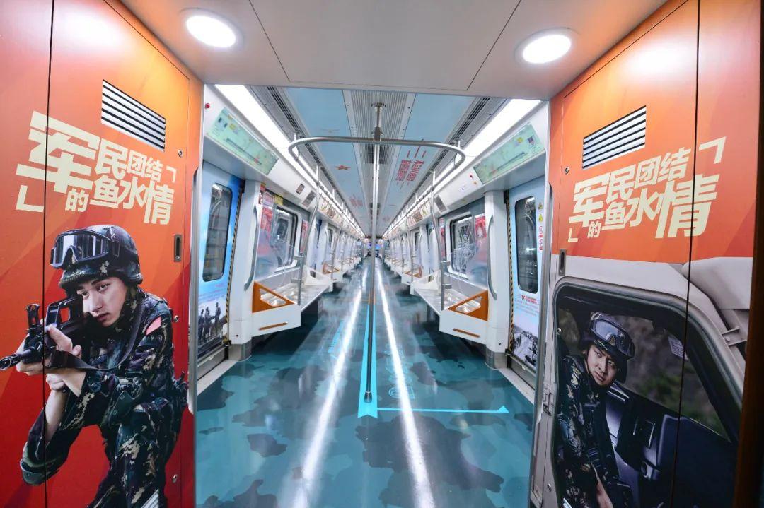 """""""铸魂强军号""""主题列车亮相成都地铁6号线"""