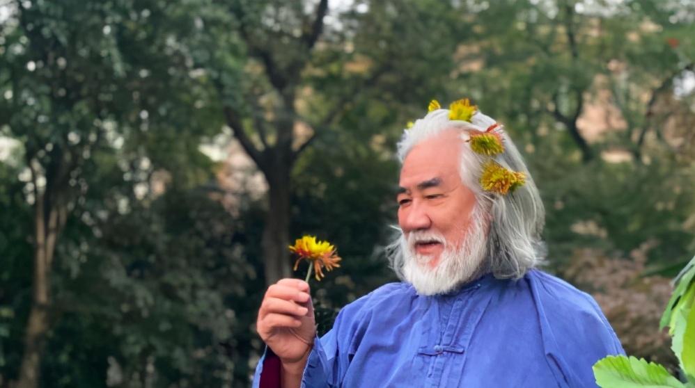 杜星霖不顾质疑常秀恩爱,重阳节给张纪中戴菊花像刘姥姥进大观园