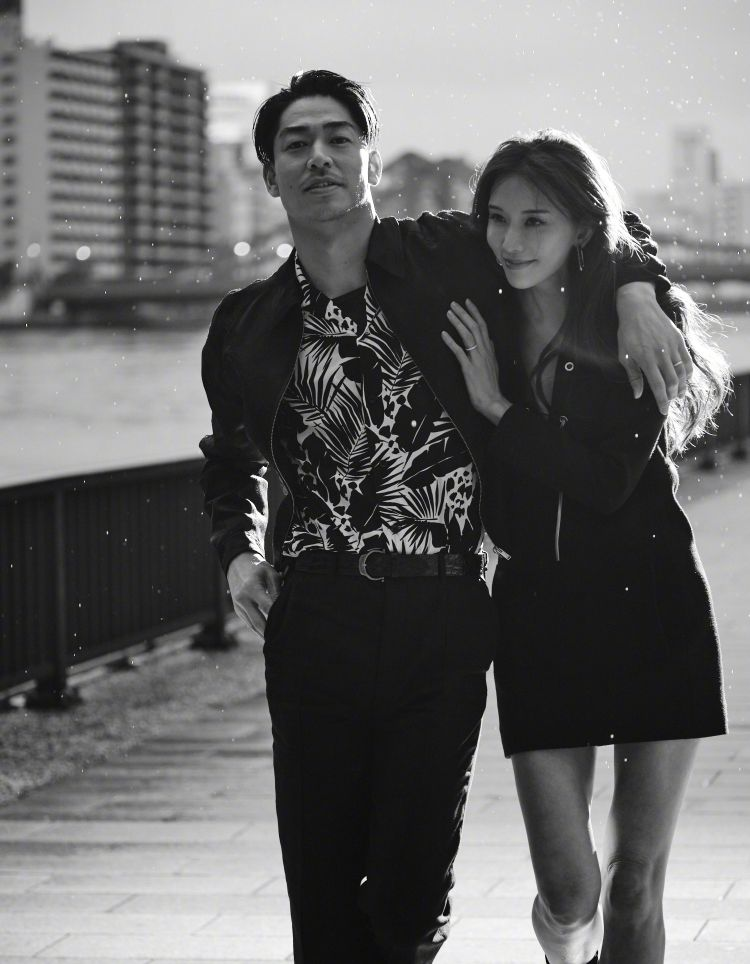 林志玲结婚2周年,携日本丈夫冒雨狂奔好欢快,穿低胸装腰身圆润