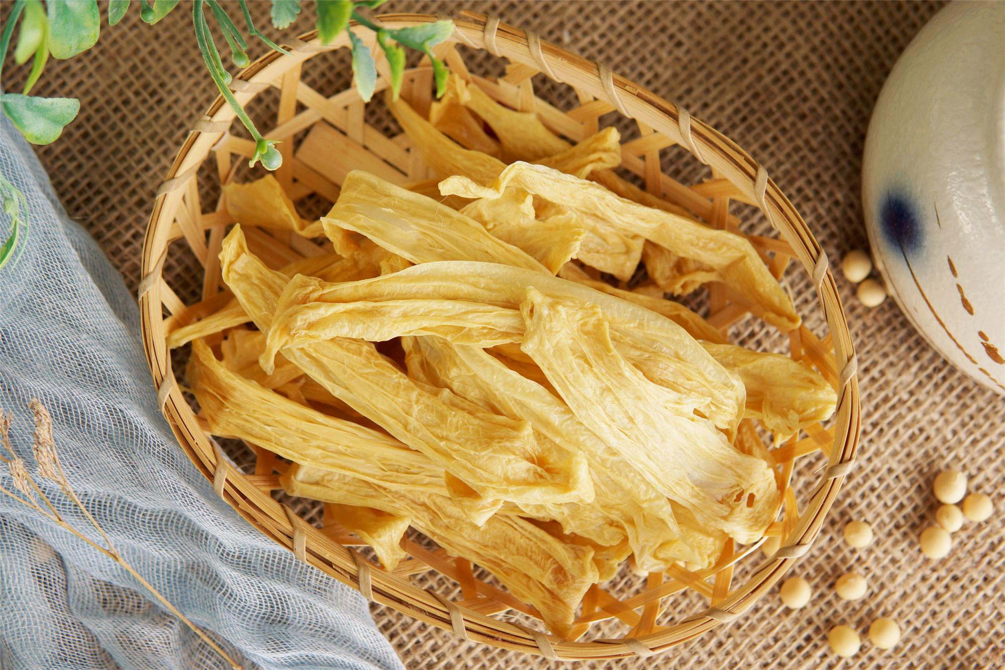 1斤黄豆,1口锅,在家自制腐竹,味道香又筋道,大人孩子放心吃